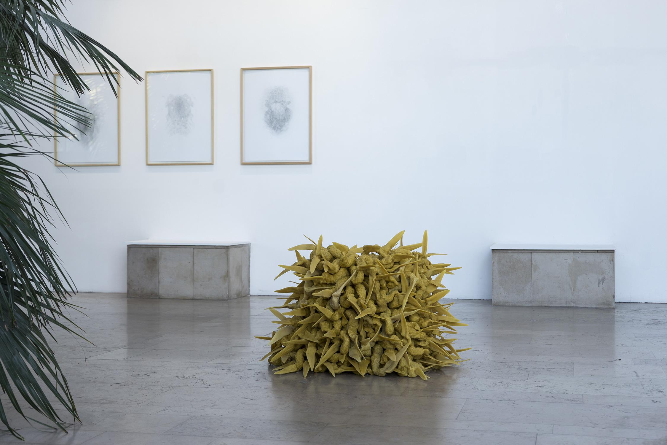 <i>la chambre</i>, 2018, sculpture/installation, moulage et sculpture en cire d'abeille naturelle, 60x100x100cm