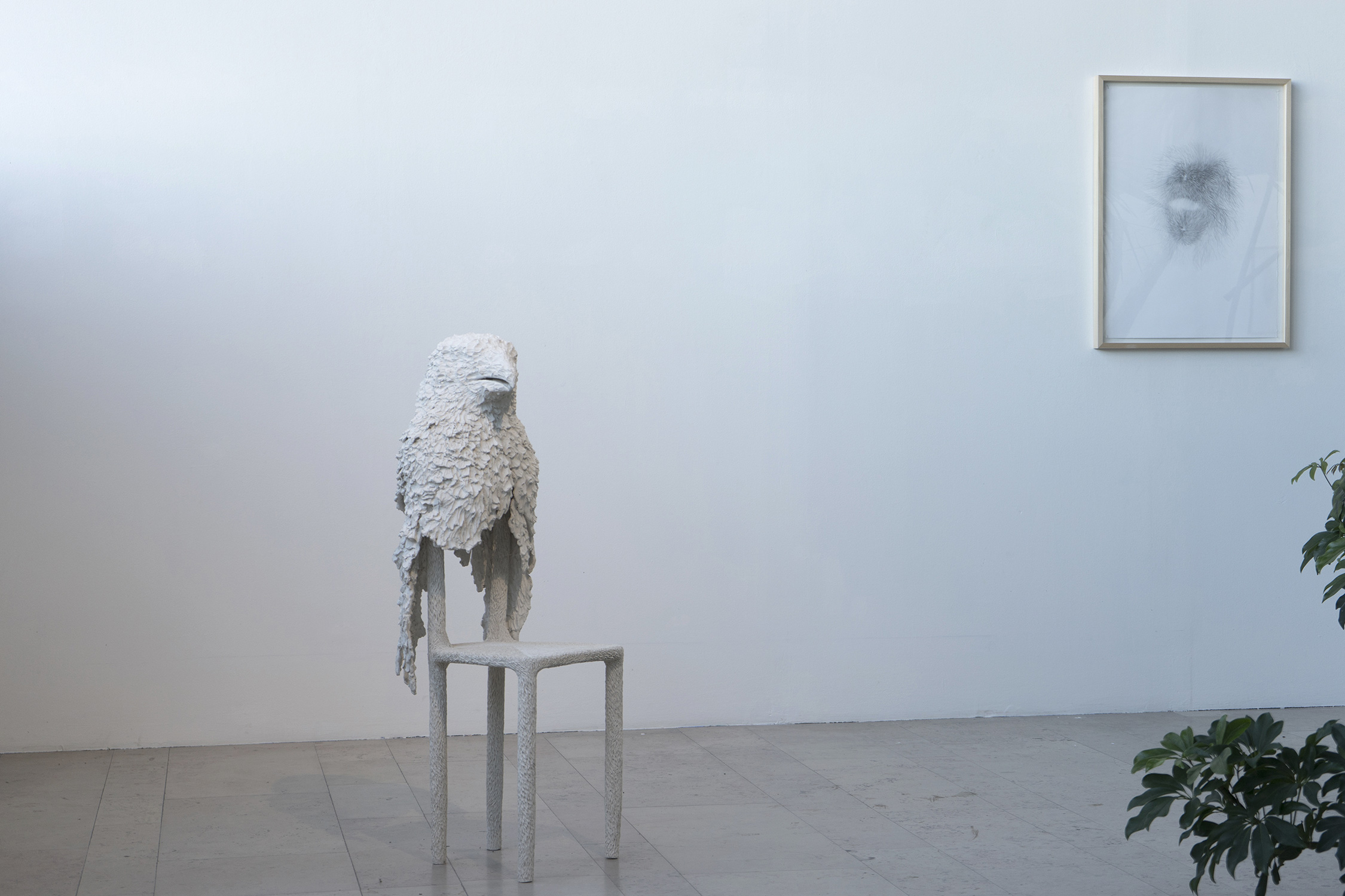 <i>l'hôte</i>, 2018, sculpture, terre cuite blanche, 112x40x35 cm