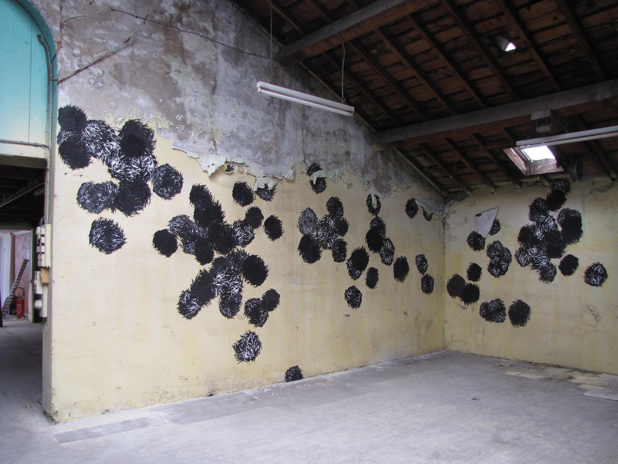 <i>les choses noires</i>, 2010, gravure/installation, 80 aquatintes découpées et assemblées, 500x900cm
