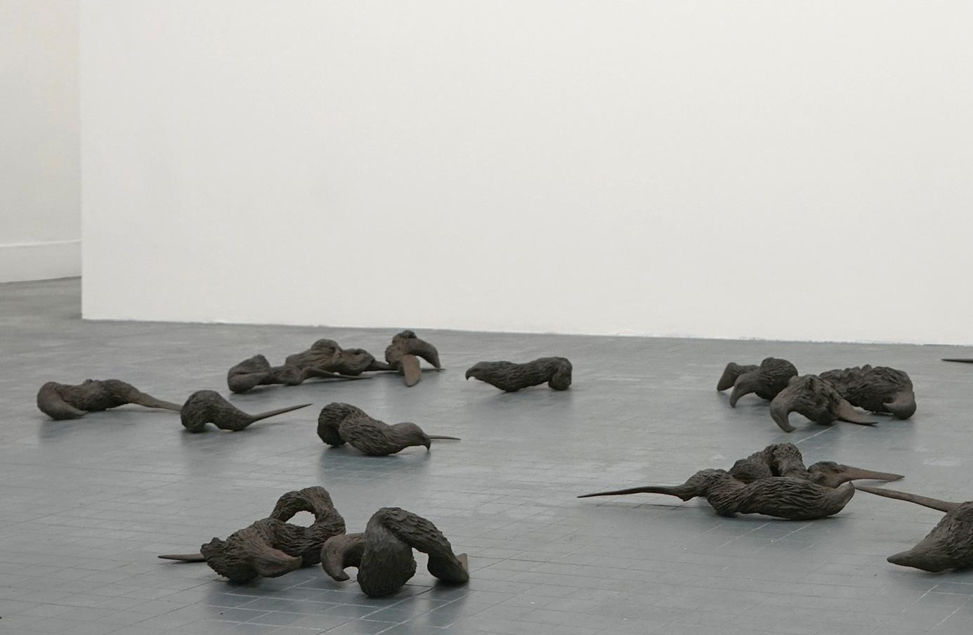 <i>biterminés<i>, 2017, sculpture/installation, terre cuite noire, 37 pièces